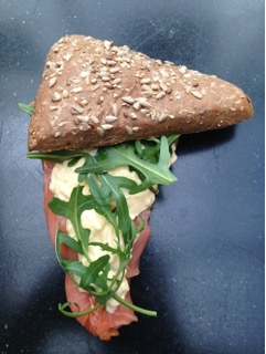 Zalm ei salade meergranen brood